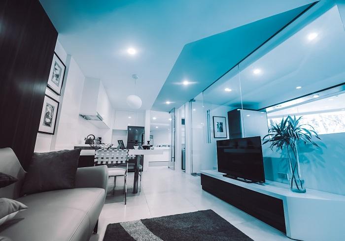 biele-obývacie-steny-v-luxusnom-byte